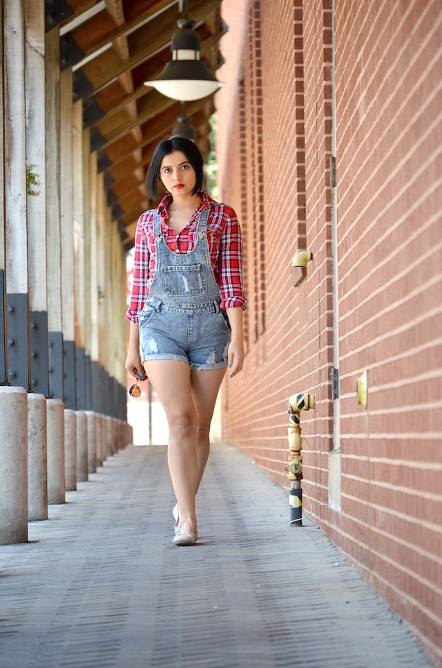 How to wear a ripped denim overall? Wearing: Overall/ Overol: SheIn Tshirt/Camisa: Aéropostale Shoes/Zapatos: Route 66-Country Outfit