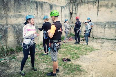 Les grimpeurs en pleine préparation