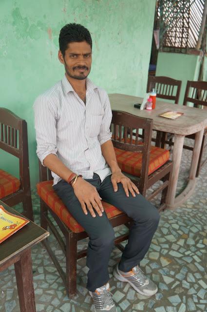 Petugas di Hostel yang ngotot minta di Foto