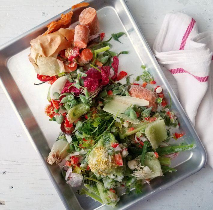 Restos de vegetales y verduras congelados para hacer caldo