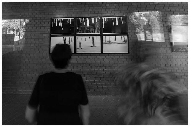 """Wernisaż wystawy fotografii odklejonej Łukasza Cyrusa pt. """"Nie z tej ziemi"""" w katowickiej Galerii Za Szybą. fot. Krzysztof Stryj"""