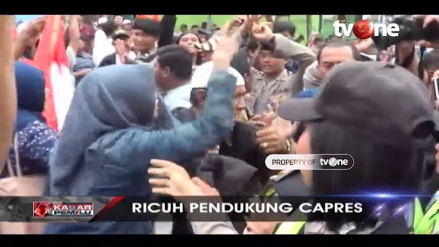 Dada Wanita Ini Diremas oleh Pendukung 01 saat Pengadangan atas Prabowo