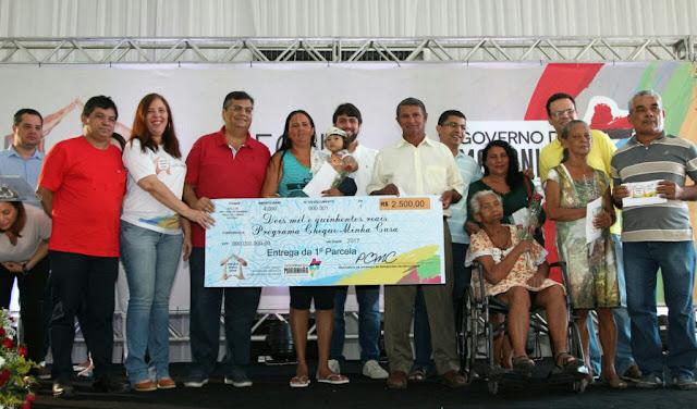 Mil pessoas são beneficiadas com entrega do 'Cheque Minha Casa'