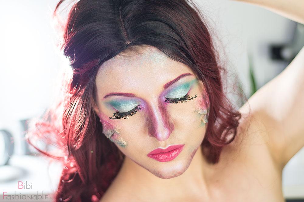LashBattle Mermaid Augen geschlossen Hand im Haar