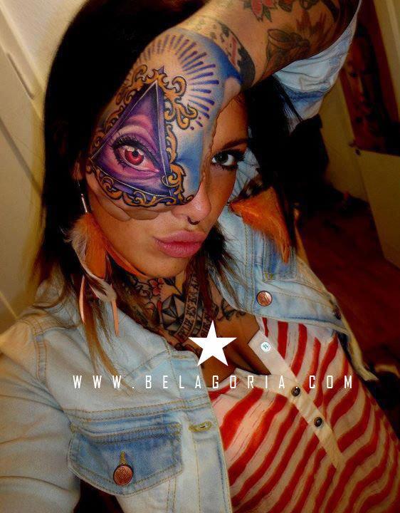 Foto de chica con tatuaje de piramide en la mano
