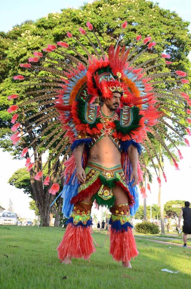 Matheus Gouveia posa com figurino de Pajé para homenagear o Dia do Índio. Foto: Renato Cipriano
