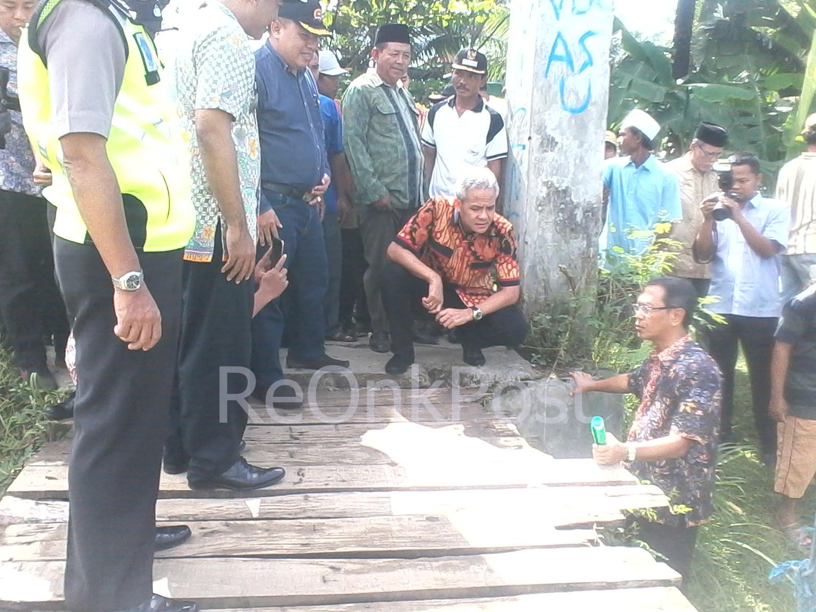 Gubernur Ganjar Pranowo Meninjau Jembatan Gantung Rawajaya