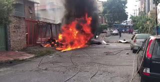 Avião de pequeno porte cai no meio da rua em BH e mata um