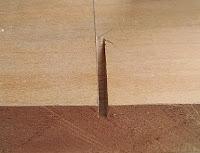 Bir tahta üzerinde testere ile oluşturulmuş bir kertik