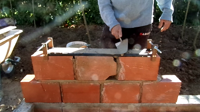 Molde ajustável para assentamento de tijolos