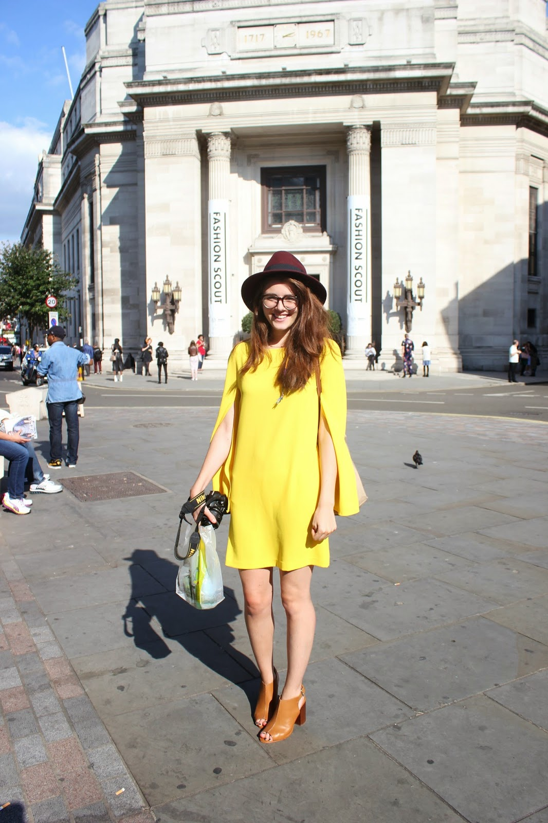 london-fashion-week-2014-lfw-spring-summer-2015-freemasons-hall-fashion-scout-building-girl-happy-dress-hat-heels-glasses