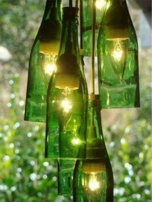 Botol kaca sangat pas dibuat menjadi kap lampu gantung