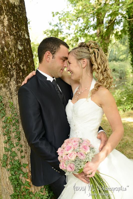 séance photos portraits les mariés dans la forêt qui se regardent dans les yeux