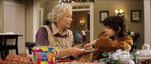 Escena: La abuela da una galleta al nieto.