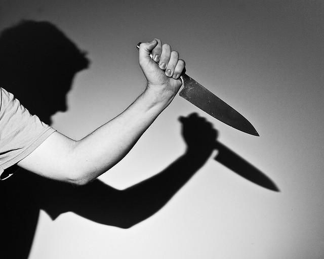 Pai mata os dois filhos com golpes de faca