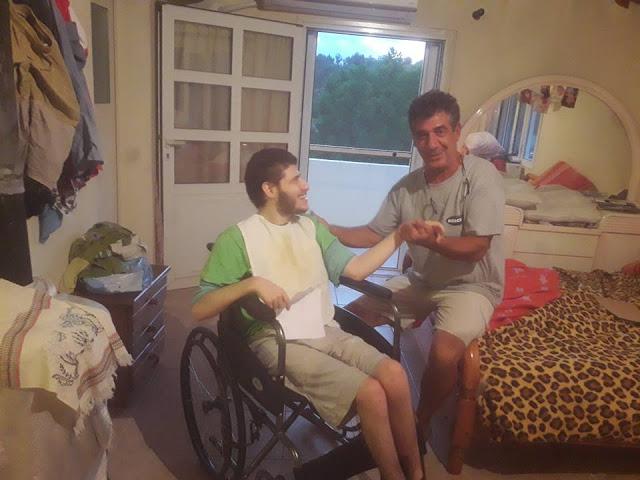 Αναπηρικό αμαξίδιο παρέλαβε ο Παρασκευάς από το Πόρτο Χέλι μετά από ανακύκλωση πλαστικών πωμάτων