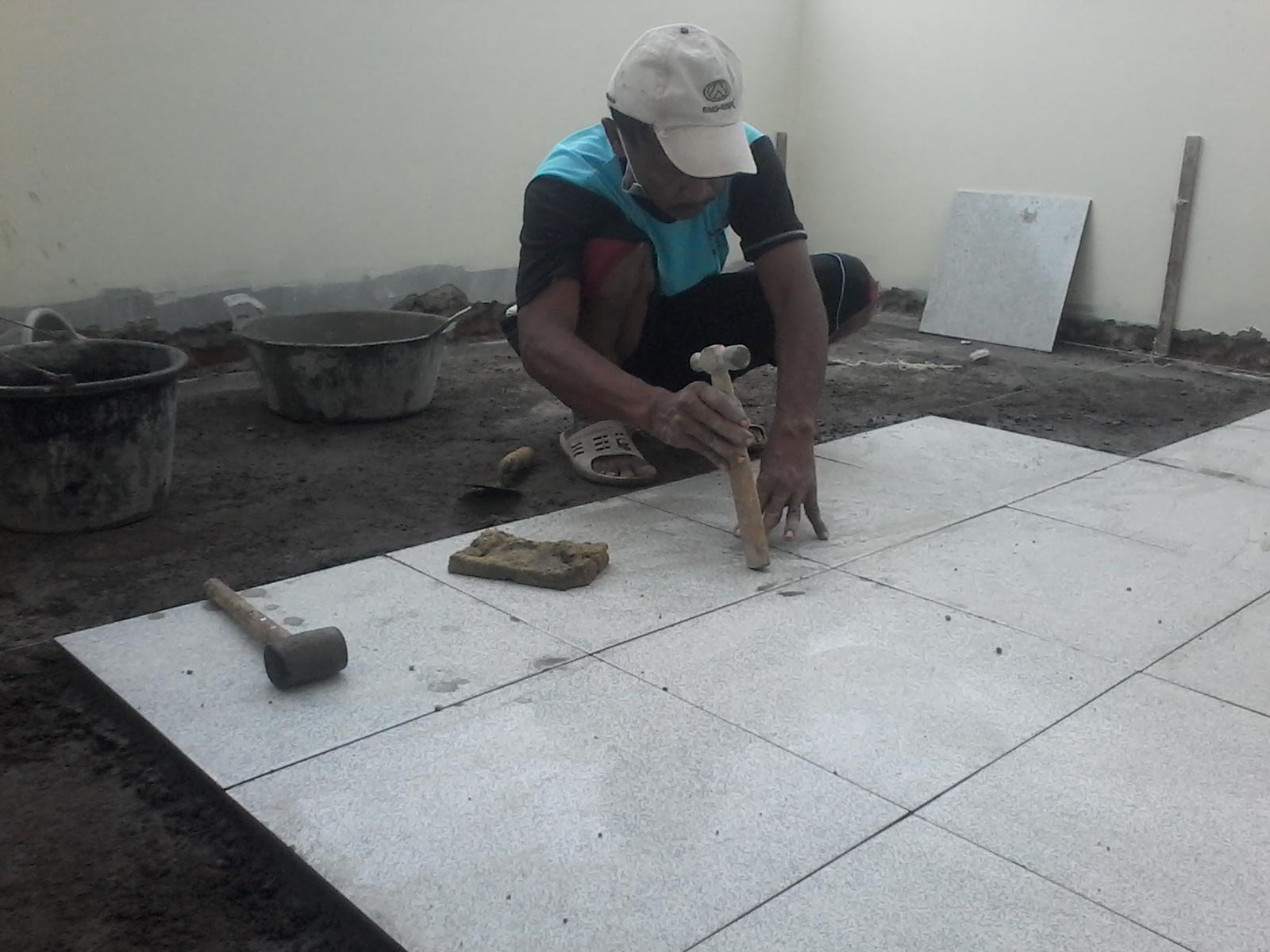Belajar menjadi tukang ahli bangunan MEMASANG  KERAMIK  LANTAI