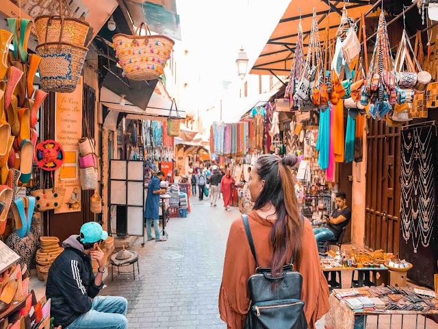Là thành phố thời trung cổ hoàn chỉnh nhất của thế giới Ả Rập, Fes là nơi giao thoa giữa thời Trung cổ và thế giới hiện đại. Fes là thủ đô của Morocco trong hơn 400 năm và vẫn được coi là trung tâm tôn giáo và văn hóa của đất nước ngày nay. Bạn hãy đi bộ và khám phá nơi này. Những điểm nổi bật khác bao gồm Lăng mộ Merenid, Cung điện Hoàng gia và Mellah hoặc Khu phố Do Thái.
