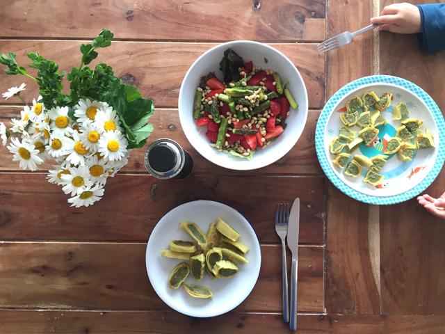 Spargelsalat mit Erdbeeren und Pinienkernen