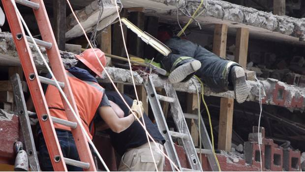 Rescatan a 4 personas y un perro en multifamiliar de calzada de Tlalpan