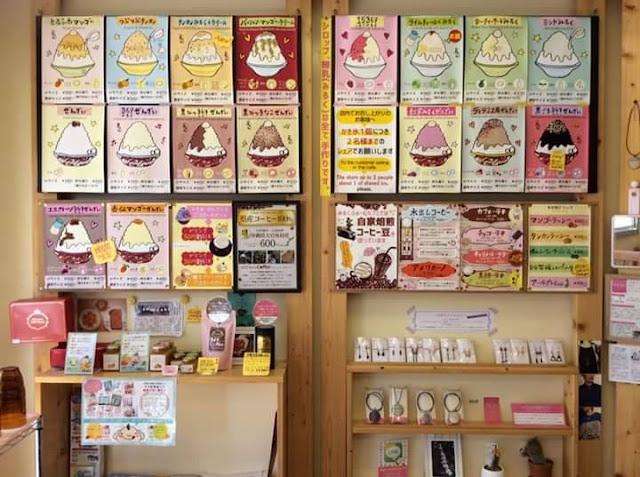 Swan鵝牌極致鵝絨日式刨冰 鵝絨雪花冰#海邊有間鵝絨冰店(3)|369 farm cafe:不標準水果變身人氣鵝絨冰 店內牆壁可愛的手繪冰品菜單,每一款鵝絨冰都特別畫成一幅畫供客人點餐-swan-kakigori-summer-beach-Okinawa-shavedice-369farmcafe-handpainted-manu-on-the-wall.jpg