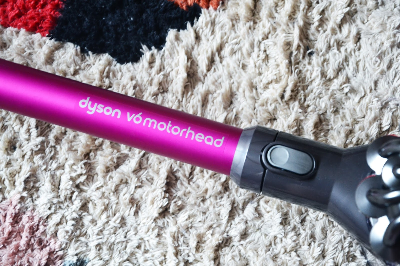 dyson v6 motorhead im test a mother 39 s love. Black Bedroom Furniture Sets. Home Design Ideas