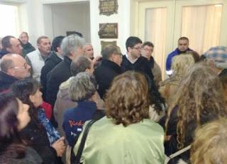 Un nutrido grupo de vecinos se manifestó frente a la sede de Camuzzi Gas Pampeana para protestar contra el salvaje tarifazo impuesto por el gobierno nacional.