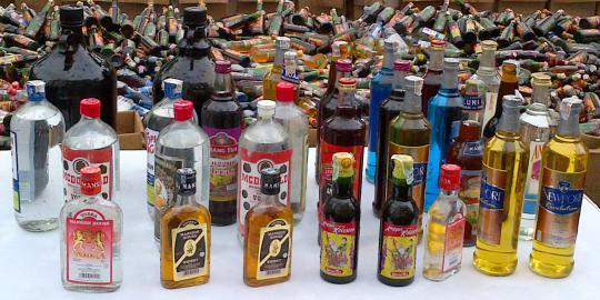 Hancurkan Seluruh Botol Miras, Pemuda Shaleh Ini Justru Sisakan Satu Botol Saja. Mengapa?