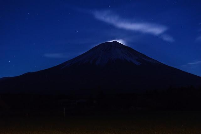 澄んだ夜空と富士山~朝霧高原(静岡)
