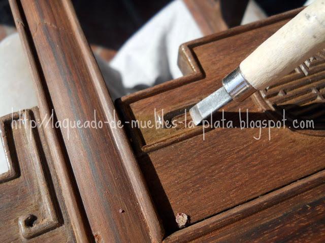 Quitar barniz de las molduras  partes difíciles de un mueble
