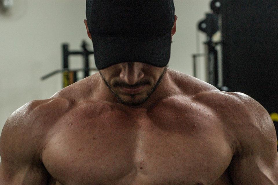 Paulo Ficcio, o Fitness Monstro, posa para ensaio em academia. Foto: Marcela Monteiro