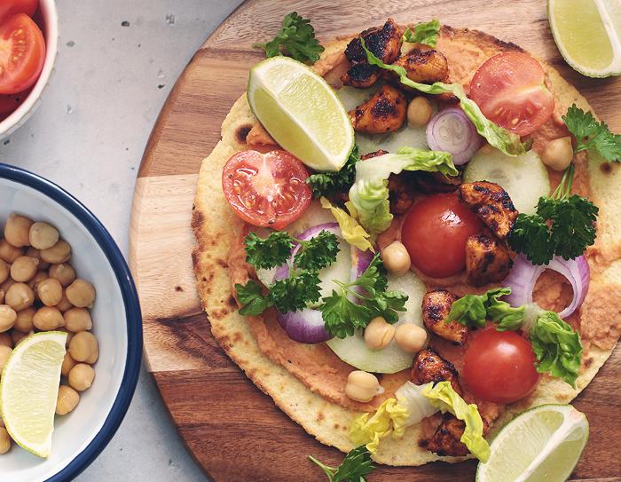 Wrap gefüllt Hähnchen Bohnenmus Salat Kichererbsen Tortilla