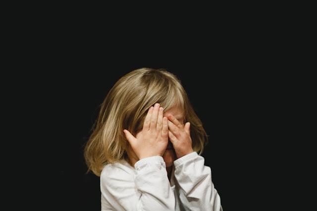 mała dziewczynka płacząca