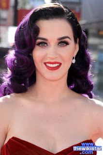 كايتي بيري (Katy Perry)، مغنية وكاتبة أغان أمريكية، ولدت في 25 أكتوبر 1984