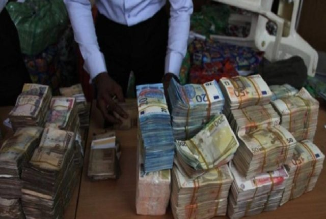 Another One: EFCC Discovers A Total Of N250M In Lagos, Balogun Market