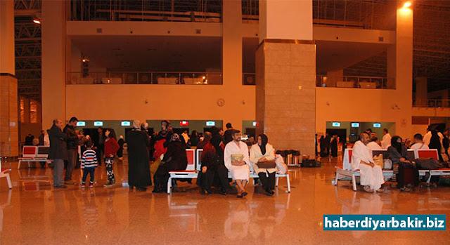 DİYARBAKIR-Peygamber Sevdalıları Platformu tarafından geçen yılın ocak ayında düzenlenen düzenlenen, 'Umre Ödüllü Siyer Sınavı'nda çeşitli illerden dereceye giren 28 kişi, Diyarbakır Havalimanından İnzar Turizm aracılığıyla kutsal topraklara uğurlandı.