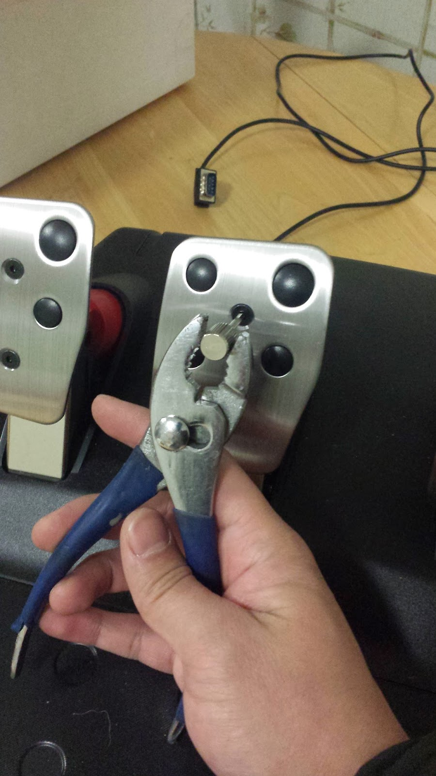 The 10 inch Selfie Cam: Logitech G27 Pedal and shift mods