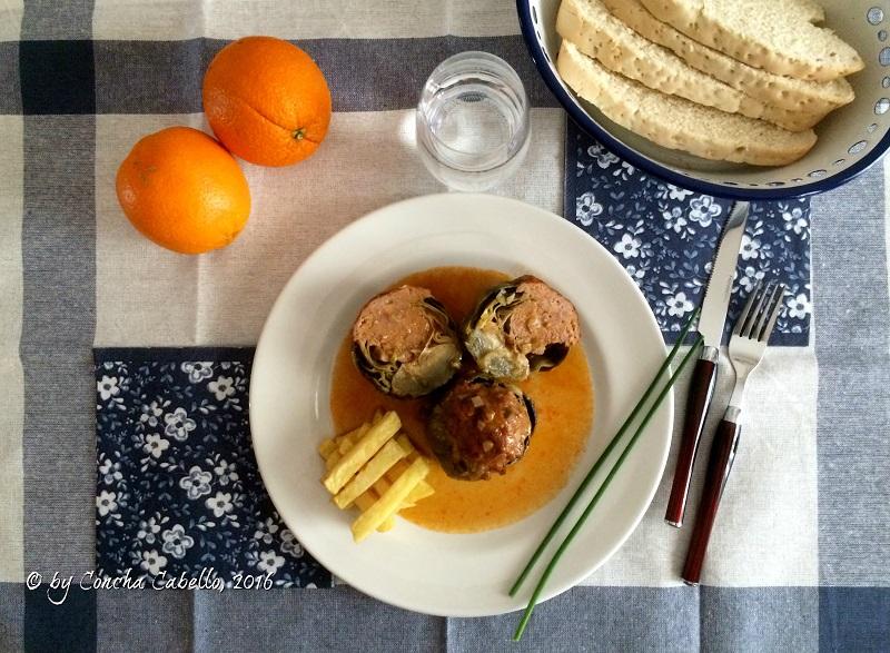 alcachofas-rellenas-carne-mesa