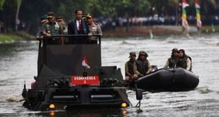 Dalam menjaga teriktorit negara kekuatan militer menjadi kunci utama agar Indonesia bisa di segani dunia, luasnya wilayah membuat TNI sebagai ujung tombak pertahanan negara harus bekerja ekstra menjaga segala celah gangguan keamanan negara.   Itu menjadi salah satu pesan Presiden Jokowi saat hari ini memberikan pengarahan kepada pasukan militer negara