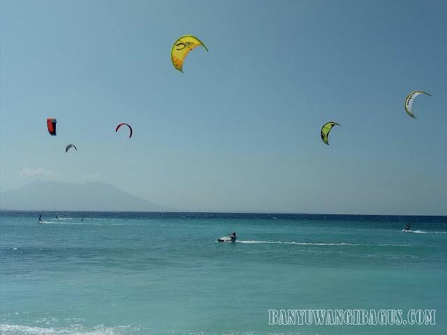 Selancar layang dan selancar angin di Pulau Tabuhan.
