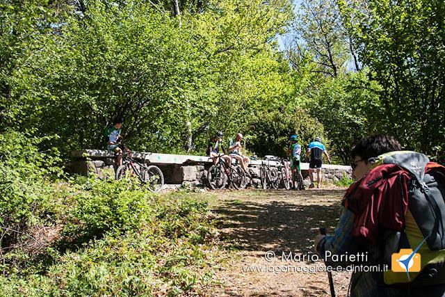 Monte Martica con le strutture della Linea cadorna e i numerosi ciclisti che salgono da Bregazzana