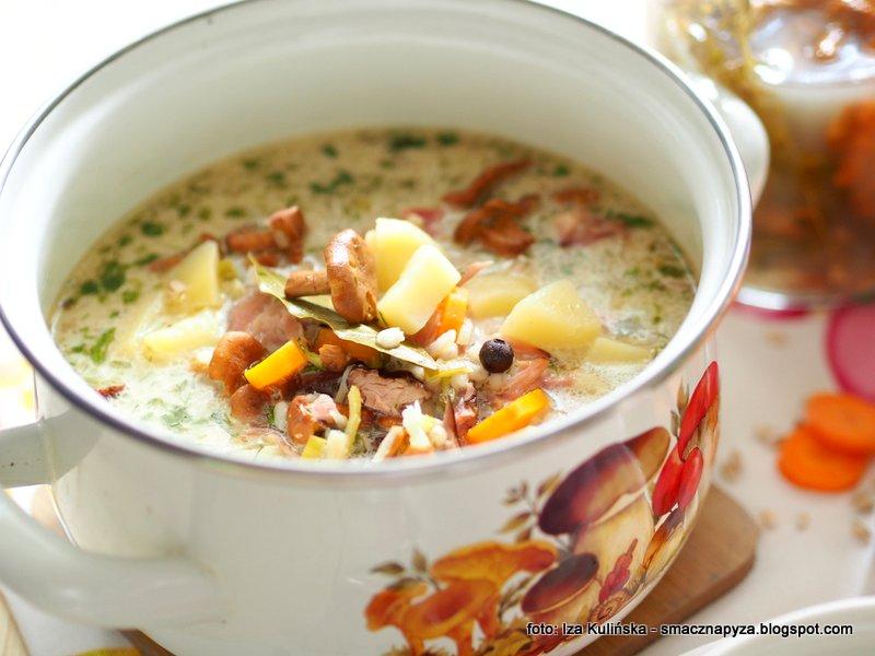 zupa grzybowa, krupnik z grzybami, kwasna kurkowa, kosci wedzone, najlepsza zupa, kiszone kurki, kureczki