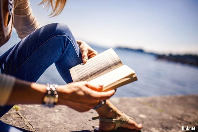 ảnh cô gái đọc sách bên bờ hồ