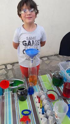 jouer avec l'eau laboratoire sans danger eau jeu enfant maternelle primaire