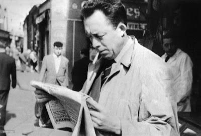 Ο Αλμπέρ Καμύ ενώ διαβάζει εφημερίδα