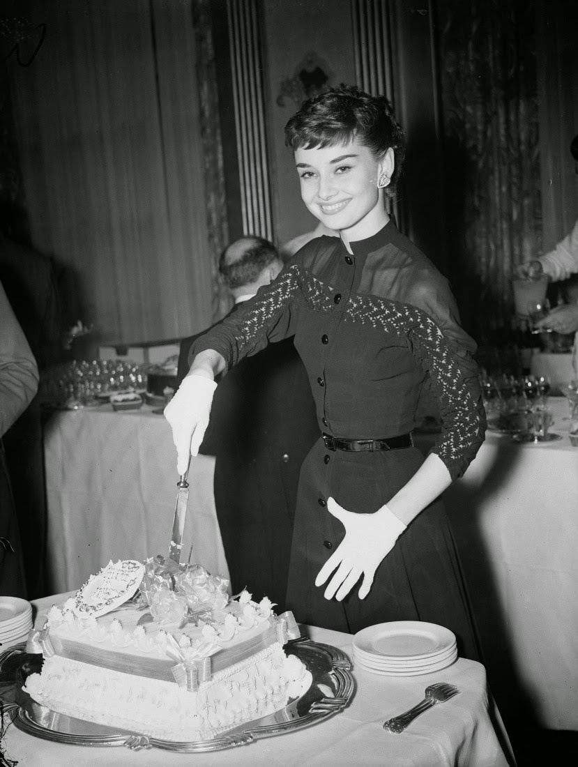 Beautiful Fashions of Audrey Hepburn in the 1950s (vintag.es)