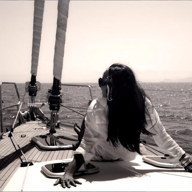 الفنانة اللبنانية جنى تثير الجدل بصورها بملابس البحر