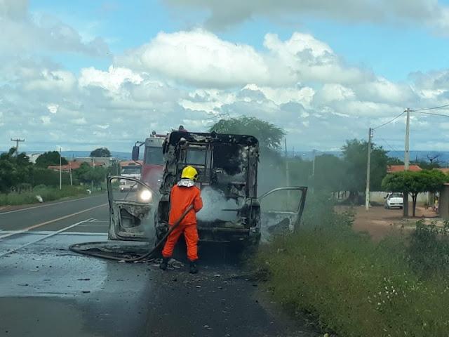 Ambulância de Campo Grande do Piauí pega fogo na BR 316 em Picos