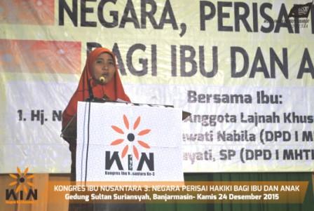 """Banuasyariah.com, Banjarmasin - Ketua MHTI Kalsel Munajah Nayla Ulya, SH, MH menyatakan saat ini negara tidak lagi menjadi perisai dan pelindung.  Khususnya bagi kaum ibu dan anak dari berbagai bentuk persoalan, antara lain tindak kriminalitas, pelecehan seksual, kemiskinan serta tayangan-tayangan yang bermuatan pornografi.   """"Bahkan, justru negara membebankan kepada kaum ibu dan anak untuk mengatasi sendiri permasalahan yang membelit kaum ibu,"""" ujarnya dalam orasinya disela Kongres Ibu Nusantara 3 Kalimantan Selatan di Gedung Sultan Suriansyah, Kota Banjarmasin, Kamis 24 Desember 2015."""