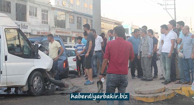 Diyarbakır Bağlar Amid Caddesi'nde zincirleme kaza: 4 yaralı